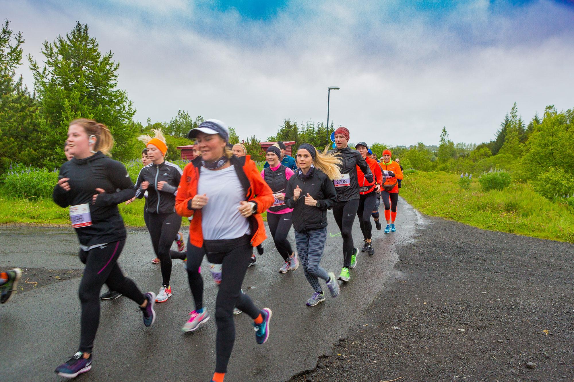 Participants in the Suzuki Midnight Sun Run running in valley Elliðaárdalur.