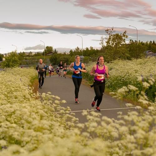 Runners by lake Rauðavatn